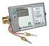 Kompaktowy licznik ciepła MULTICAL® 402 zgodny z PN EN 1434 oraz MID, składający się z: przelicznika wyposażonego w standardowe gniazdo optyczne dla wyjścia danych, oraz 2 wejścia impulsowe (VA, VB), zasilanego baterią D-cell;  pary czujników temp. Pt5… (Kamstrup Power)
